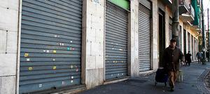 トリノ郊外は、シャッターの閉じた店が目立つ