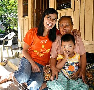 祖母ドーオンさん(右)への恩返しに、日本行きを決意したウィーさん(左)=ミャンマー・ヤンゴン郊外