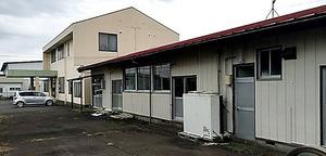 丹羽雄哉衆院議員が代表の政党支部は2階建て住宅(奥)の1階部分を、関係政治団体は平屋建て(手前)を事務所として使用。ともに丹羽議員の所有で、自ら家賃を受け取っていた=茨城県石岡市