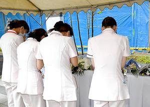 事故現場前には献花台が設置され、病院関係者らが手を合わせていた=4日午後、福岡市博多区、長沢幹城撮影