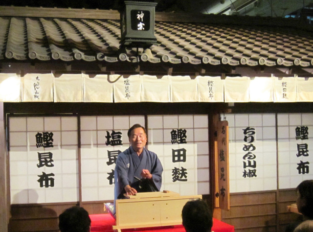 訪れた人たちは桂文之助さんの落語と大阪寿司、スイーツを楽しんだ=大阪市中央区
