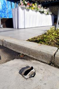 タクシーが突っ込んだ病院近くの道路標識は、根元から無くなっていた=5日午前9時52分、福岡市博多区、日吉健吾撮影