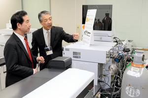 10月には山本幸三地方創生相(左)が食の安全分析センターを訪れ、分析装置を見学した=宮崎市佐土原町
