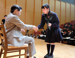 「ちょっと怖い」漱石アンドロイド、高校生の第一印象