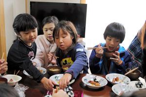 11月26日の「imacoでご飯」。子どもたちがおしゃべりをしながらの食事を楽しんでいた=東大阪市