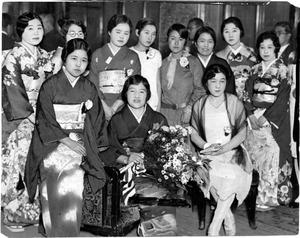 教え子らに囲まれて誕生日祝いの祝宴で記念写真におさまる歌人の与謝野晶子(中央)=1929年、東京・丸の内の東京会館