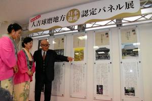 展示されたパネルの説明をする末吉駿一さん=熊本市西区春日のJR熊本駅