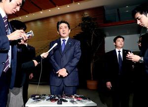 米ハワイ・真珠湾訪問について記者の質問に答える安倍晋三首相=5日午後6時57分、首相官邸、岩下毅撮影
