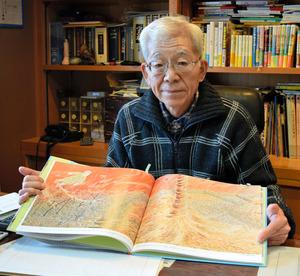 「絵で読む広島の原爆」を手にする那須正幹さん=山口県防府市