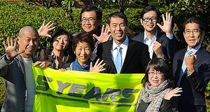 大久保淳一さん(右から4人目)と5yearsの利用者たち