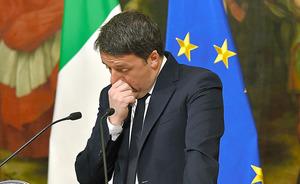 ローマで5日、国民投票の結果を受けて辞意を表明するレンツィ首相=AFP時事