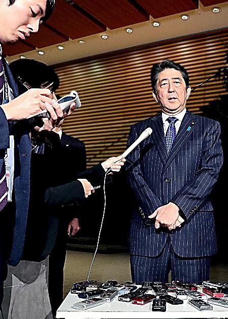 真珠湾訪問について質問に答える安倍晋三首相=5日午後6時57分、首相官邸、岩下毅撮影