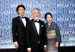 ブレークスルー賞の授賞式に出席した大隅良典・東京工業大栄誉教授(中央)ら=米カリフォルニア州、ブレークスルー賞財団提供