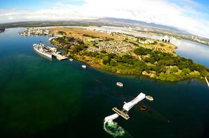 米ハワイ州ホノルルの真珠湾で5日、空撮された、海中に沈んだ戦艦アリゾナの上に建てられた記念館(手前)=ロイター
