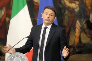 4日の国民投票の結果を受け、辞任を表明したレンツィ首相=AP