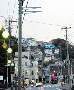 山の斜面に立つ住宅群。2025年、こうしたアクセスに時間がかかる場所に住む高齢者に、医療や介護を十分届けられるかどうかが課題になる=神奈川県横須賀市