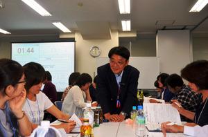 2025年に向け、みとりができる医療・介護人材を養成するための「エンドオブライフ・ケア協会」の講座。約2800人をみとってきた在宅医の小澤竹俊医師(中央)が、人生の最終段階のコミュニケーション術について教えた=東京都中央区、2015年9月