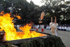 伏見稲荷大社の火焚祭=2012年11月