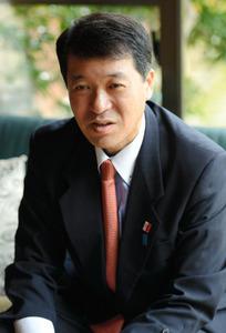 朝日新聞のインタビューに応じる泉田裕彦前知事=加茂市