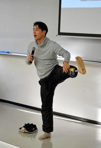 左足の義足について説明する大前光市さん=三田市の神戸医療福祉専門学校三田校