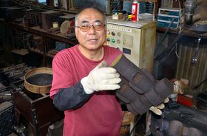 佐々木英治さん。鋳物工場で、ものづくりをバリバリこなす日々です=埼玉県所沢市