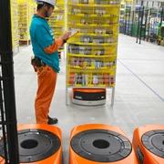 ロボットが商品棚を手元に アマゾンが物流倉庫公開
