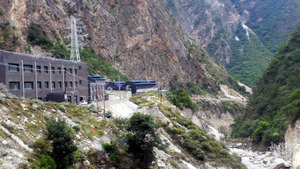 人里離れた山間部の峡谷にあるビットコインの「採掘工場」(中央奥の建物)=10月、中国・四川省甘孜(カンゼ)チベット族自治州、織田一撮影