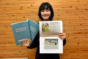 スクラップ帳を持つ窪田さん。去年の11月からつけ始めたスクラップ帳は3冊目になる=2日、熊本市中央区大江3丁目