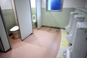 2年前に設置された洋式便器のある男子トイレ=生駒市立あすか野小学校