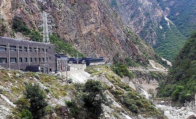 峡谷にあるビットコインの「採掘工場」(中央奥の建物)