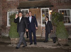 パブ「ザ・プラウ・アット・カズデン」を出る中国の習近平国家主席と英国のキャメロン前首相=2015年10月22日、ロイター