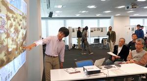 地図や写真を多く使って江戸時代の茶の歴史を紹介する徳満悠さん=大阪市北区のグランフロント大阪