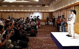 芥川賞・直木賞発表の会場には、今年も多くの報道陣が詰めかけた=7月19日、東京都内、関田航撮影