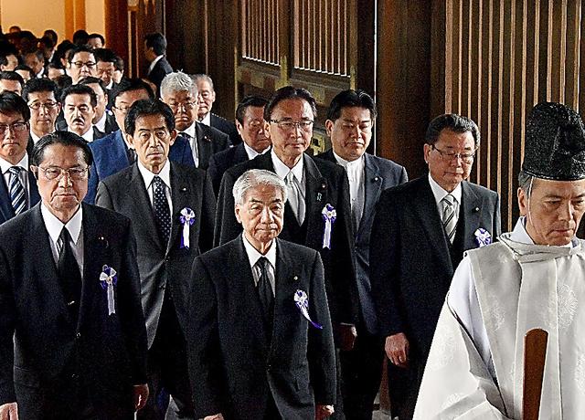 終戦の日に靖国神社を訪れた「みんなで靖国神社に参拝する国会議員の会」のメンバー=8月15日、東京・靖国神社