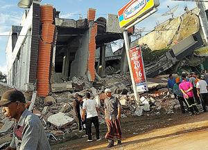 インドネシア・アチェ州を襲った強い地震で倒壊した建物=ロイター