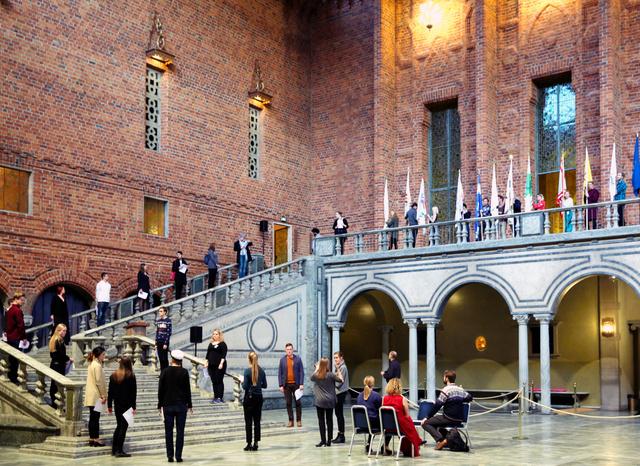 ノーベル賞晩餐会が行われる「青の間」では、運営に携わる大学生たちがリハーサルを重ねていた=ストックホルム、川村直子撮影