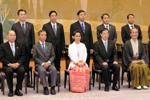 京都迎賓館での夕食会前に記念写真におさまるアウンサンスーチー氏(中央)=五十嵐誠撮影