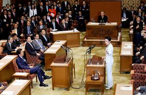 党首討論で、安倍晋三首相(左)に質問する民進党の蓮舫代表(右)=7日午後3時30分、岩下毅撮影