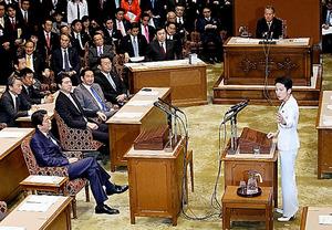 党首討論で、安倍晋三首相(左)に質問する民進党の蓮舫代表(右)=7日午後、岩下毅撮影