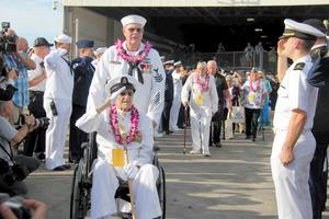 真珠湾攻撃の追悼式典で、敬礼する元軍人ら=7日、ホノルル、平山亜理撮影