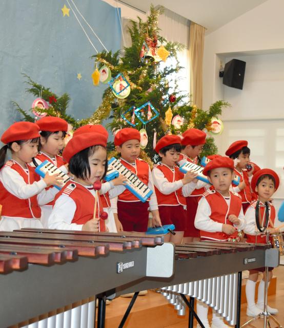 贈られたツリーの前で演奏を披露する園児ら=松江市比津町の比津ケ丘保育園わらべのその