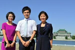 旭さん(左から2人目)が平壌外語大の学生らと撮った記念写真=旭さん提供