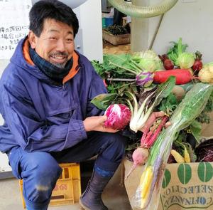 栽培した欧州野菜を手にする農業佐藤克徳さん=横浜市緑区