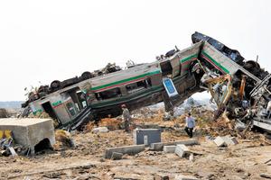 新地駅で津波の直撃を受けた列車=2011年3月30日、福島県新地町、小川智撮影