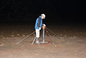発破地点の器具を確認するスタッフ=鹿児島市