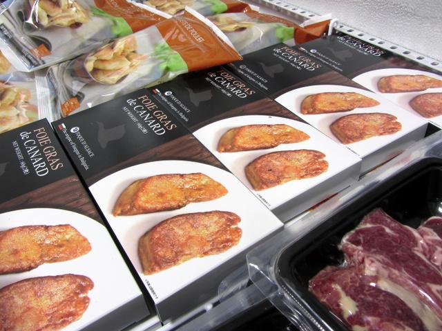 フランスの冷凍食品専門店「ピカール麻布十番店」で冷凍ケースに並ぶ「フォアグラスライス」=8日、東京都港区