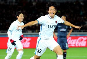 後半、金崎(33)は勝ち越しゴールを決め、両手を広げ駆け出す=関田航撮影