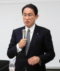 講演する岸田文雄外相=8日夜、東京都新宿区の早大