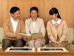 長野・上高地の写真を見る皇太子ご夫妻と愛子さま=東宮御所、宮内庁提供