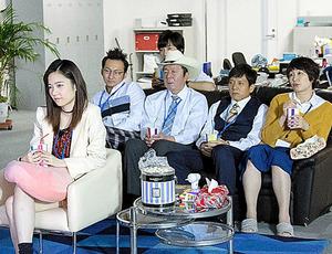 テレビを見るナシゴレン課のメンバー